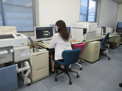 女性職員によるCADデータ編集作業|株式会社協和地質